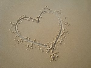 heart-draw-in-the-beach-sand-1364014-m